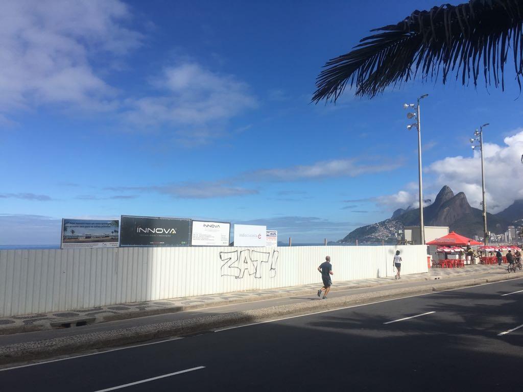 Vem aí o maior de todos os quiosques, no Arpoador: mais um obstáculo à visão que o carioca já teve do mar. Foto Joaquim Ferreira dos Santos