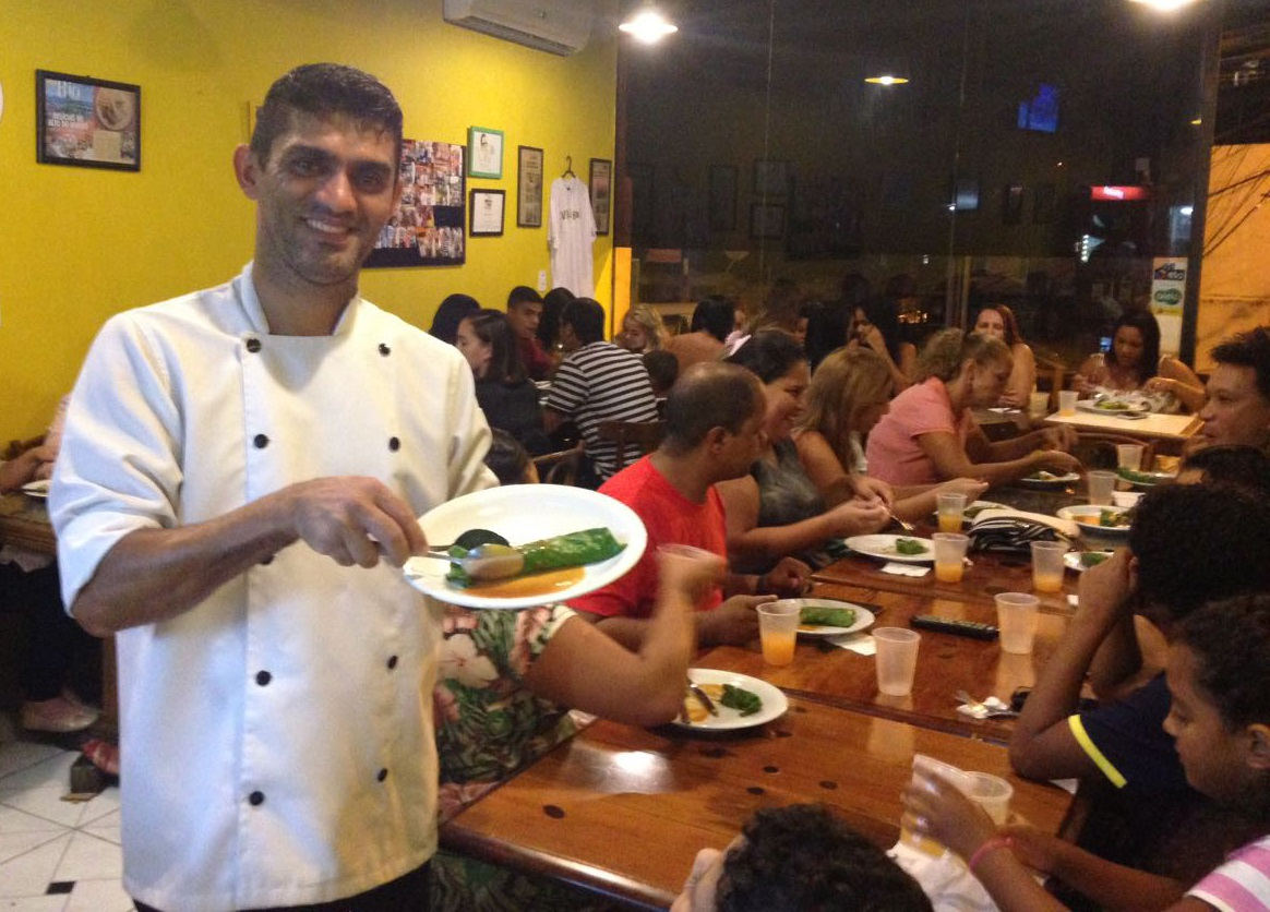 O chef Fábio Pimenta, do Projeto Refazendo, no Vidigal, exibe, orgulhoso, o seu jantar. Foto: Divulgação