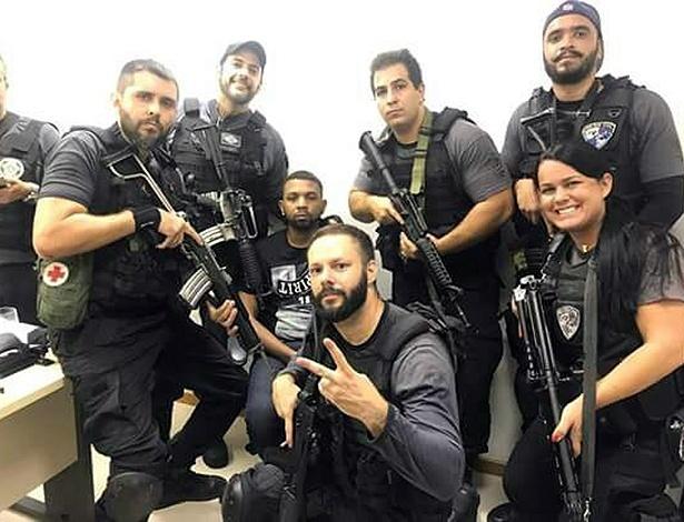 Policiais fazem selfie com o traficante Rogério 157, ao fundo. Foto Reprodução