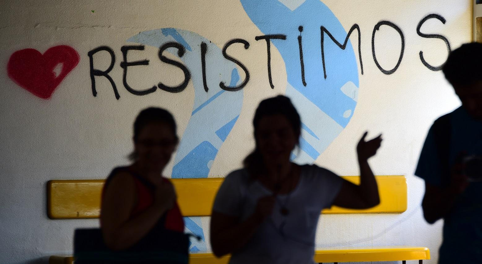 Alunos, professores e funcionários da UERJ prometem resistir. Foto Tasso Marcelo/AFP
