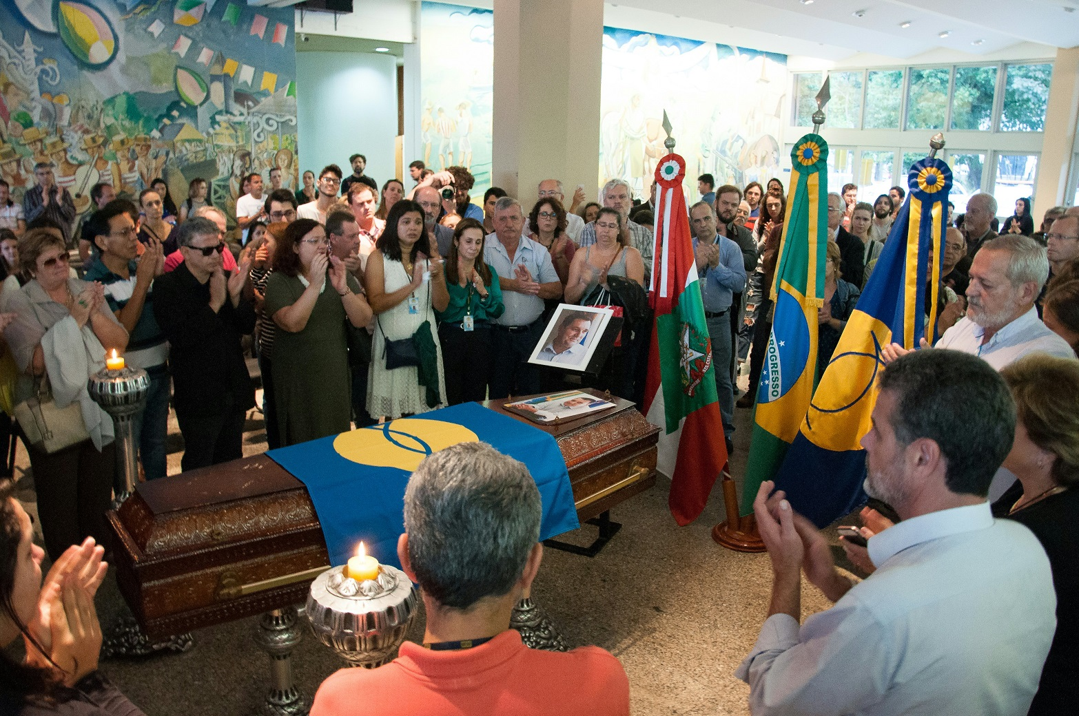 Alunos, amigos e parentes no velório do reitor da Universidade Federal de Santa Catarina (UFSC), Luiz Carlos Cancellier. Foto UFSC