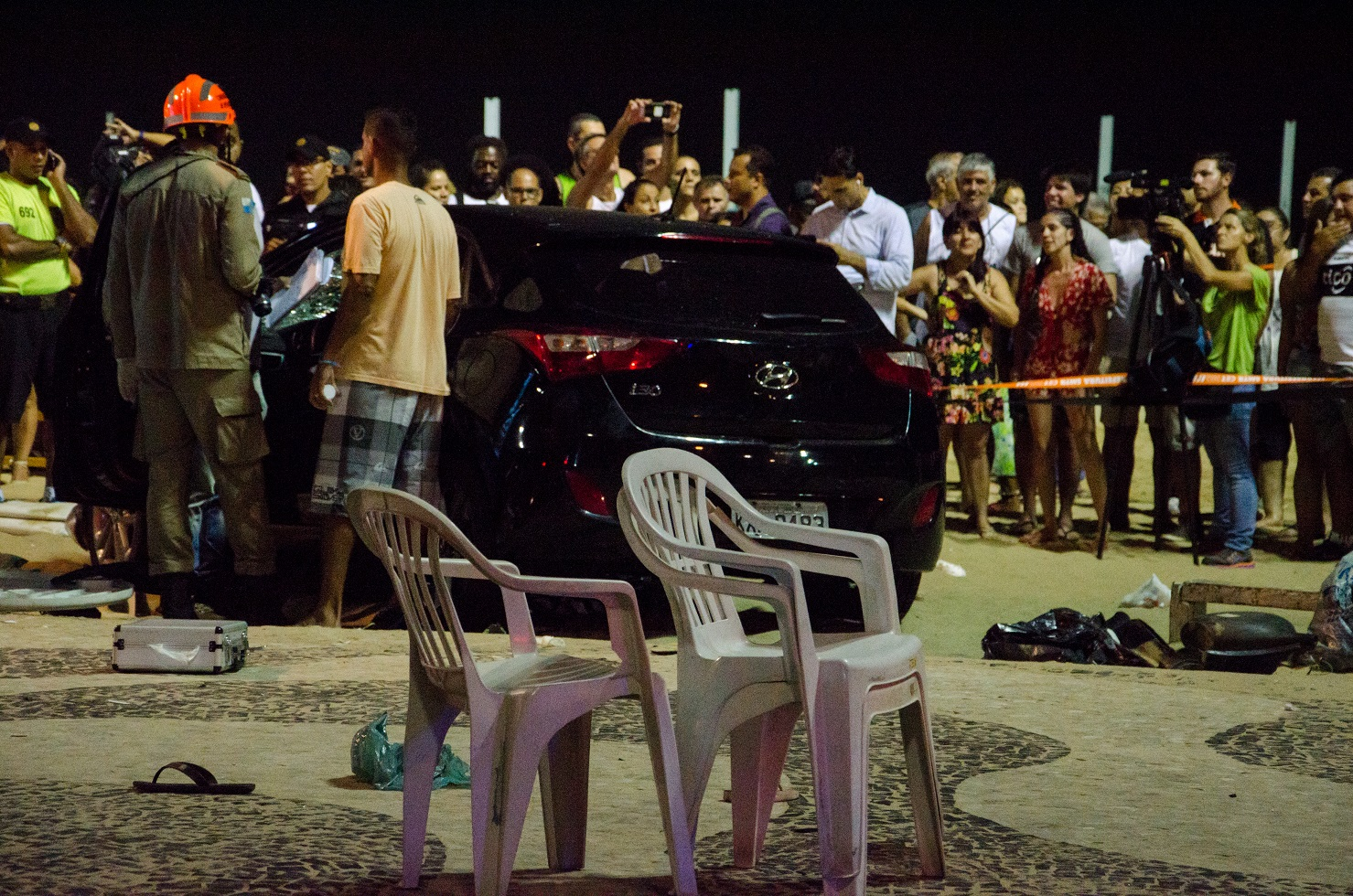 O carro do motorista que invadiu a praia de Copacabana e atropelou 18 pessoas. Foto Vanessa Ataliba/Brazil Photo Press