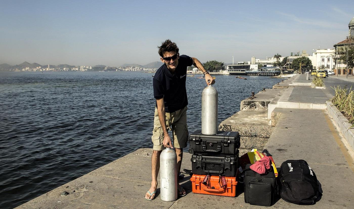 Ricardo e o inseparável equipamento que usa na aventuras pelo fundo do mar. Foto Acervo Pessoal