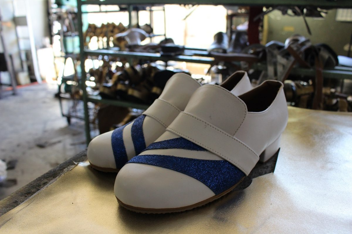 O tradicional sapato de duas cores dos passistas. Foto Bárbara Pereira