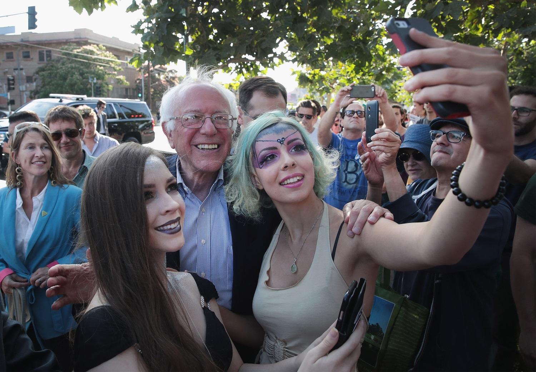 O democrata Bernie Sanders em um dos muitos selfies que fez na campanha de 2016. Foto Scott Olson/Getty Images/AFP