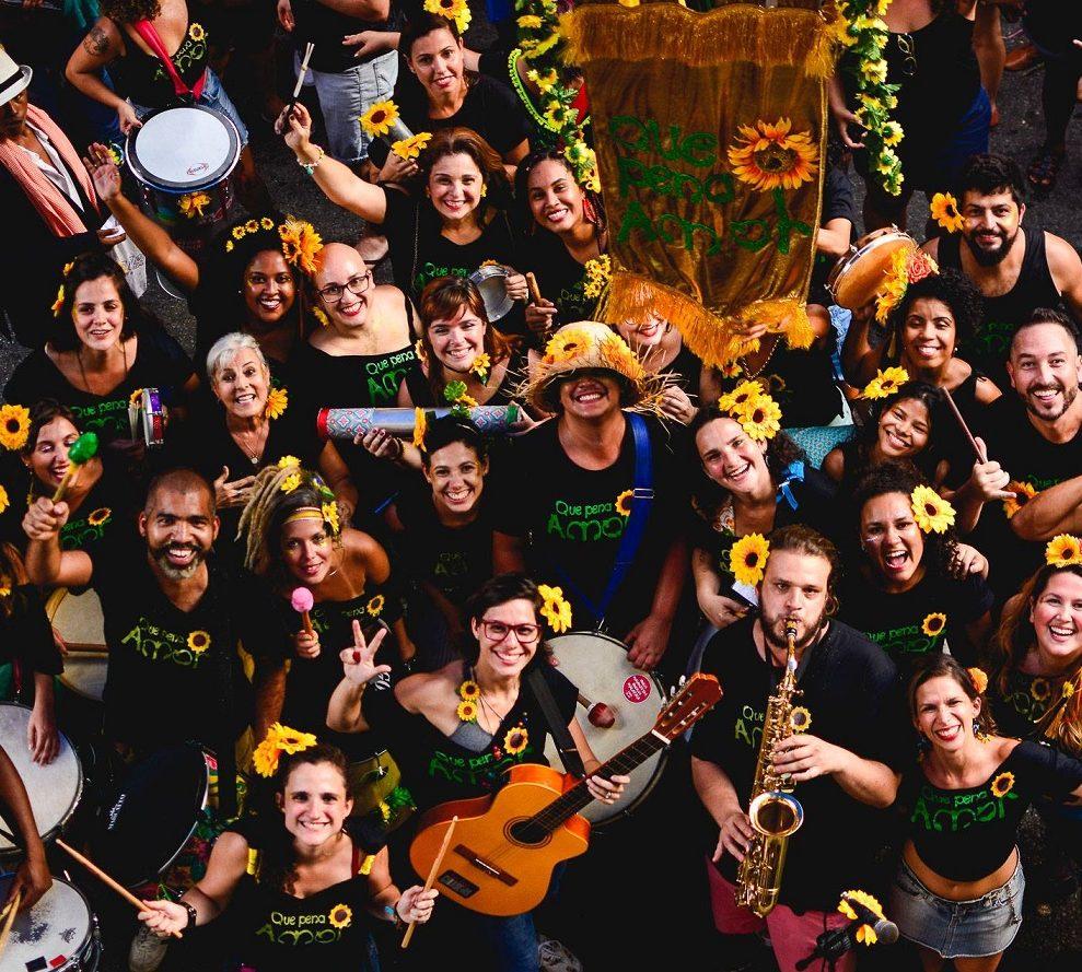 """O pessoal do bloco """"Que pena, amor"""", criado em homenagem à banda Raça Negra. Foto Leo Nakamura"""