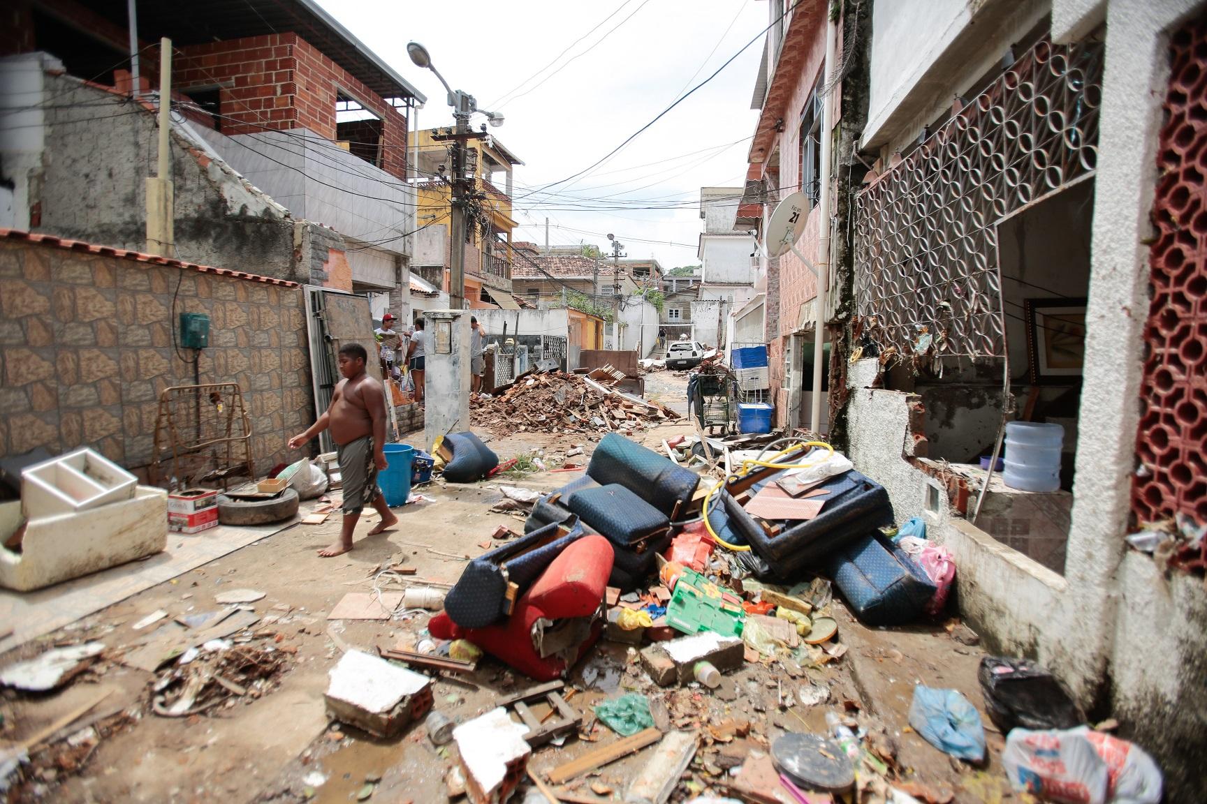 O lixo deixado pelo temporal que destruiu três vilas em Cascadura. Foto Brenno Carvalho /Agência O Globo.