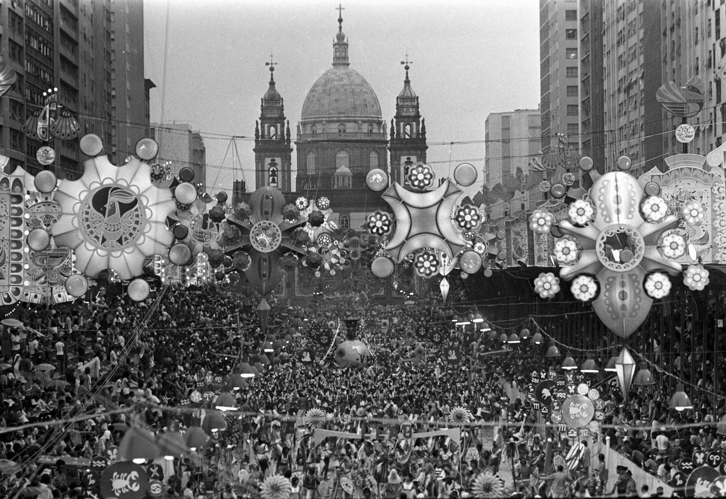 Destile da Unidos de Vila Isabel, na Presidente Vargas, toda enfeitada, em 1973. Foto: Rubens Seixas / Agência O Globo