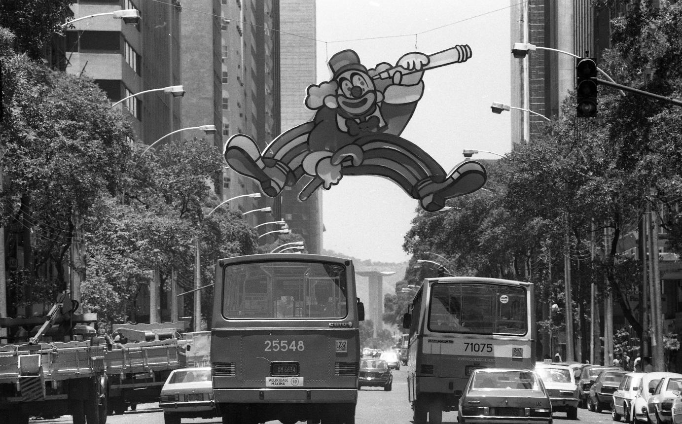 Decoração de palhaço na Avenida Rio Branco, em 1986. Foto Otavio Magalhães / Agência O Globo