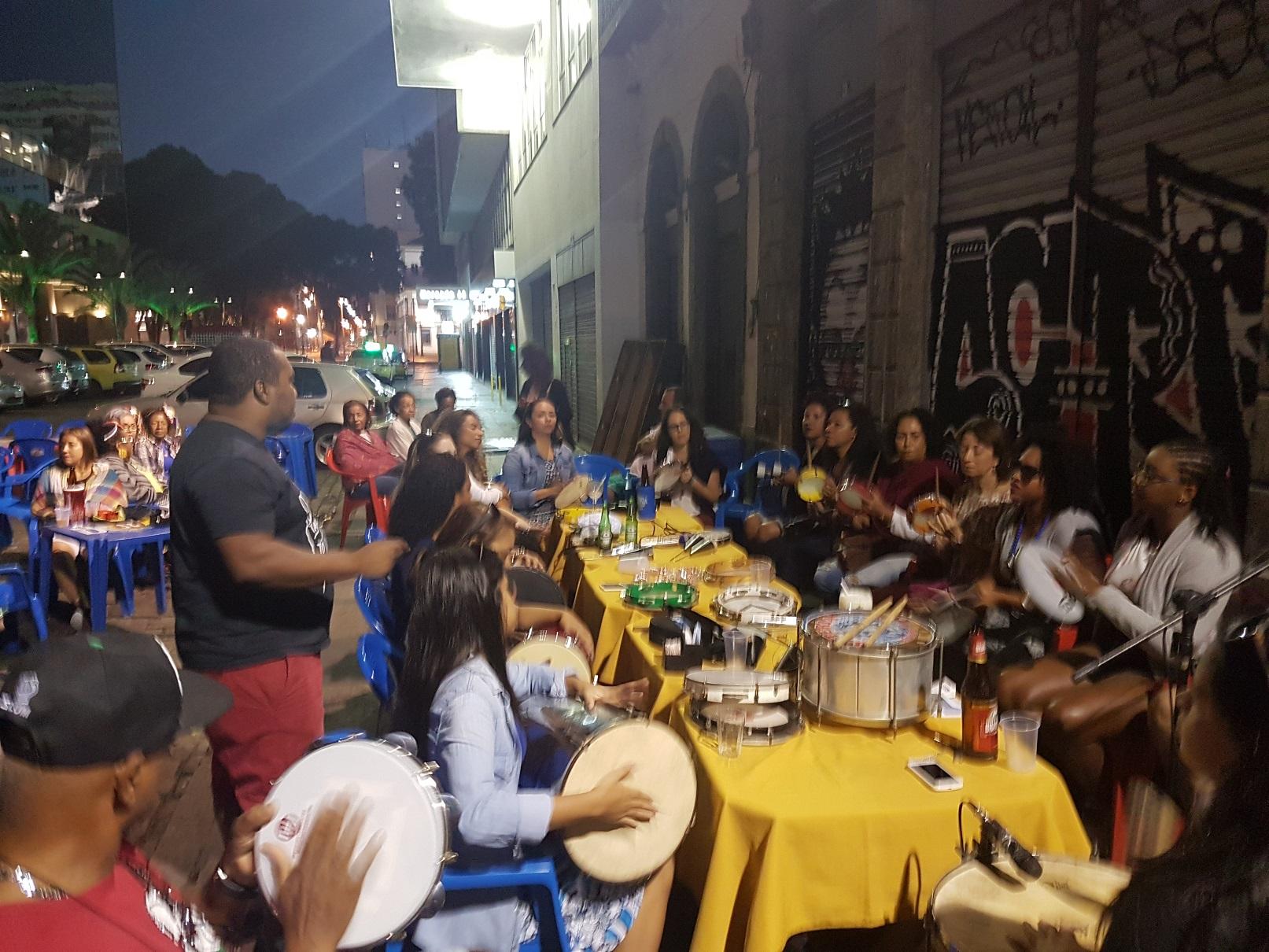 A tradicional roda de samba na rua do Ouvidor. Foto Oscar Valporto
