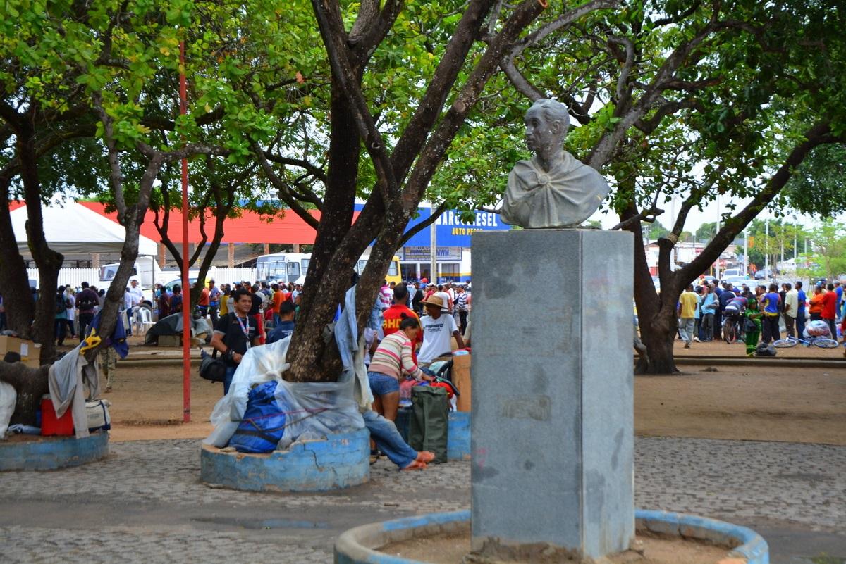 A praça Simón Bolívar , em Boa Vista, lotada de imigrantes venezuelanos em busca de comida. Foto Charles Wellington