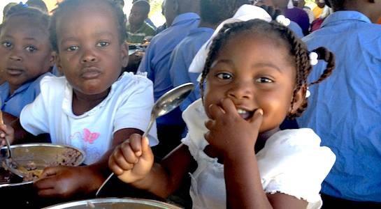 Crianças na cantina de uma escola no Haiti, que conta com o apoio da World Central Kitchen. Foto: Facebook