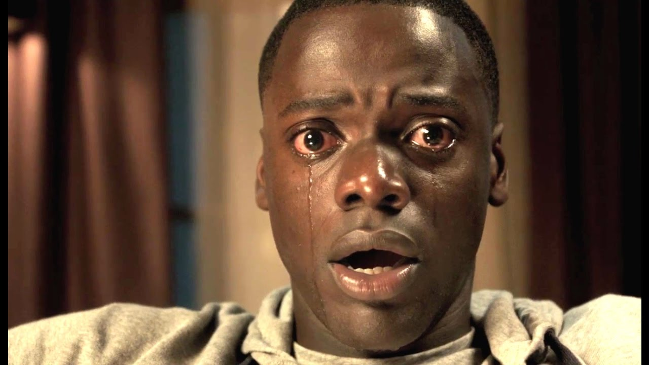 """Daniel Kaluuya em cena do filme """"Corra"""", que discute racismo, em gênero terror (Reprodução)"""