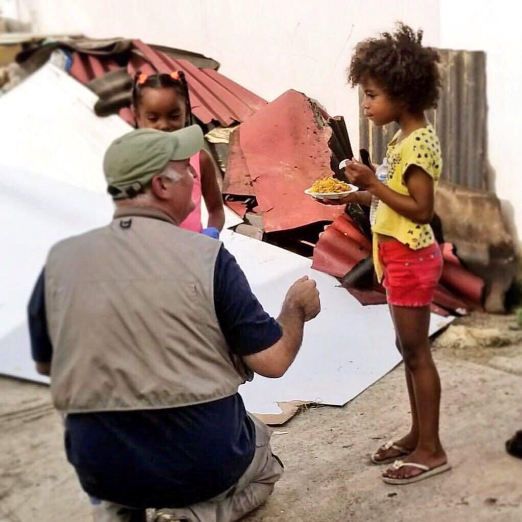 O chef oferece comida e conversa com crianças na comunidade de Loiza, em Porto Rico, em meio a uma cenário de destruição.