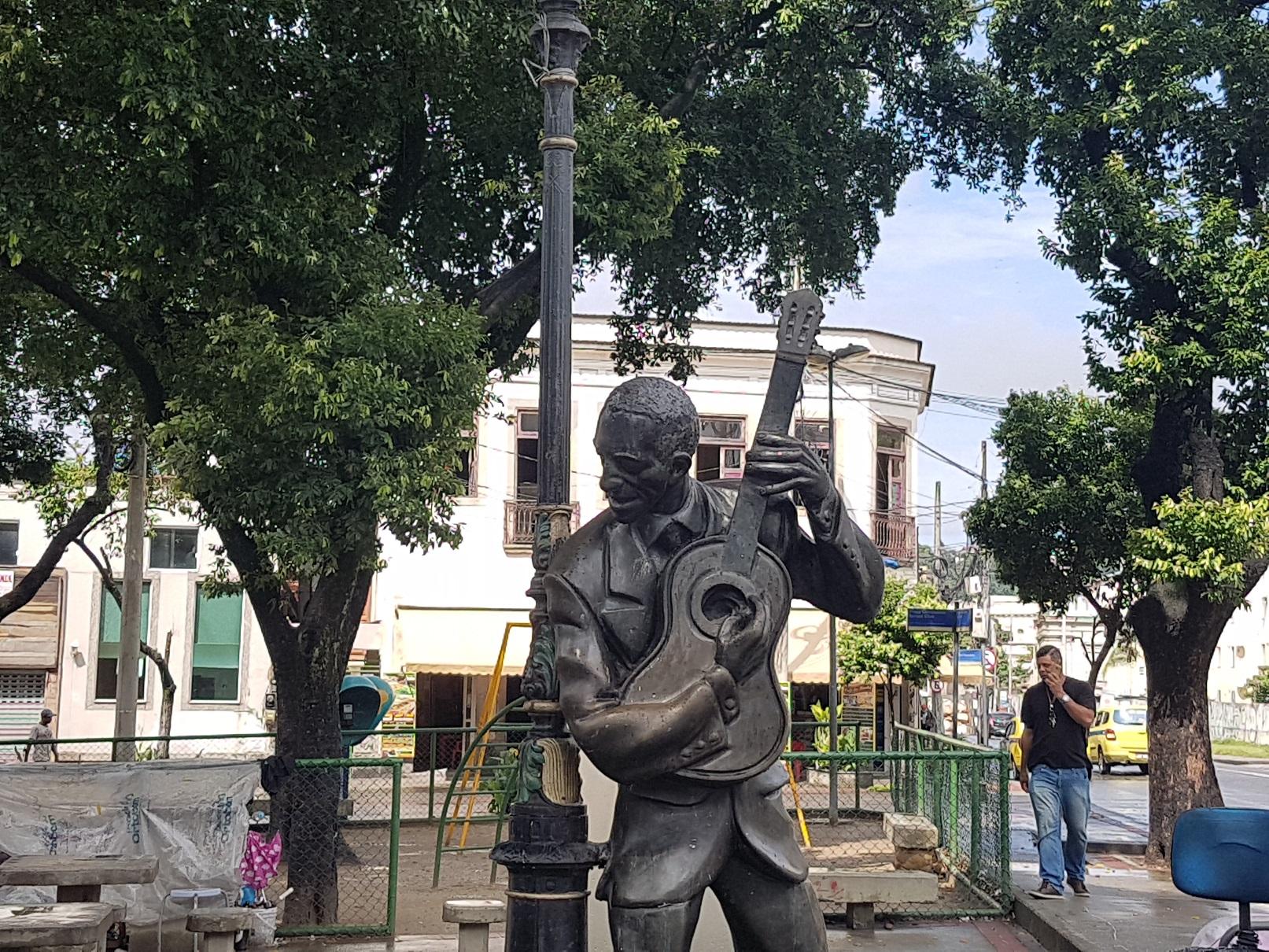 A estátua de Ismael Silva, no Estácio, berço da Deixa Falar, primeira escola de samba. Foto de Oscar Valporto