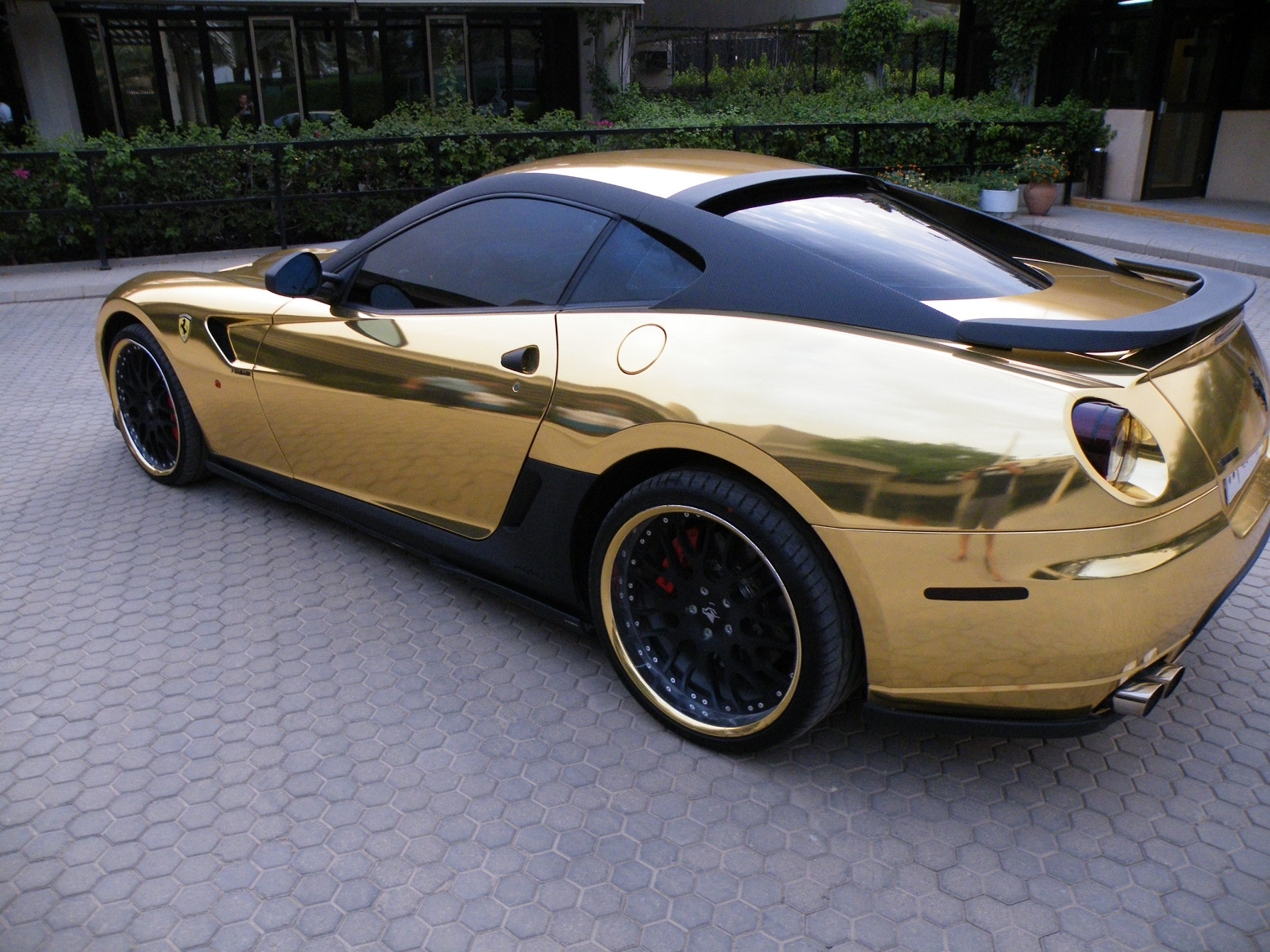 Ferrari dourada, que não é do filho do Lula, estacionada numa das ruas de Riade, na Arábia Saudita. Foto CrowdSpark