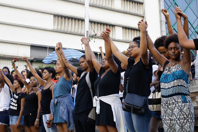 Manifestantes, no Centro do Rio, protestam contra o assassinato de Marielle e Anderson. Foto Fabio Vieira/FotoRua/NurPhoto