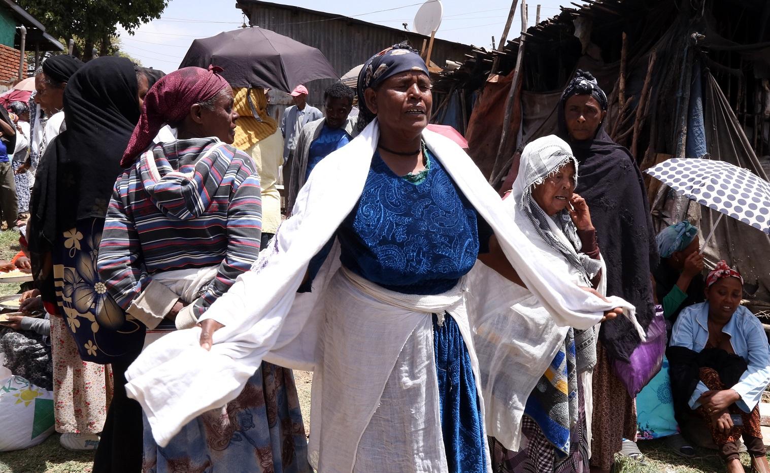 O desespero de uma mãe após o desabamento do lixão de lixão de Koshe, em Adis Abeba, capital da Etiópia. Foto Minasse Wondimu/Anadolu Agençy