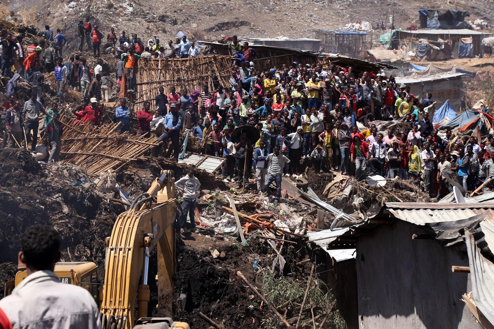 Trabalhadores fazem o trabalho de resgate das vítimas do lixão de Koshe, que deixou 115 mortos. Foto Minasse Wondimu/Anadolu Agençy
