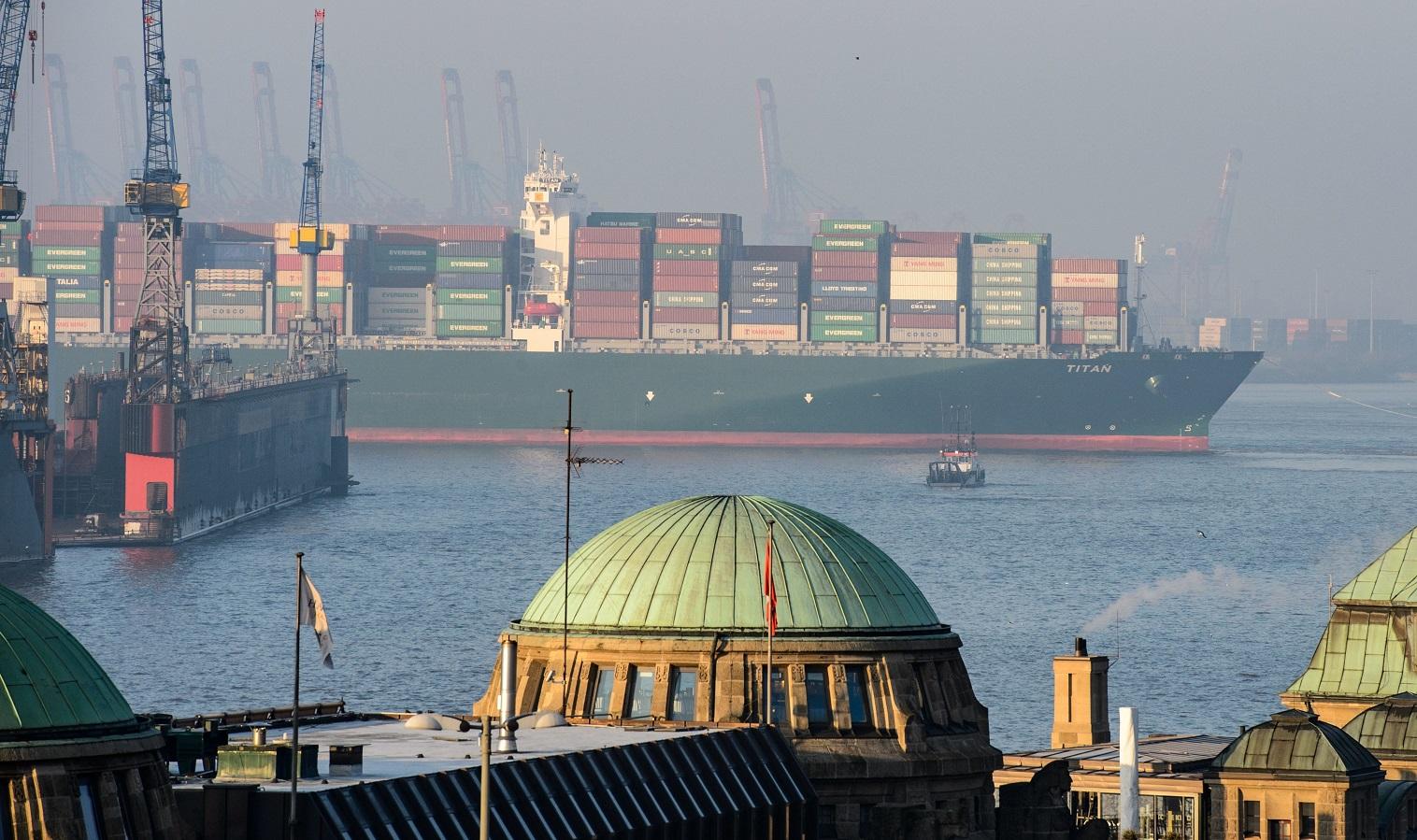 """O """"Titan"""", um imenso navio de cargas, chega ao porto de Hamburgo. As emissões de CO2 do setor equivalem às da Alemanha. Foto Daniel Reinhart/DPA"""
