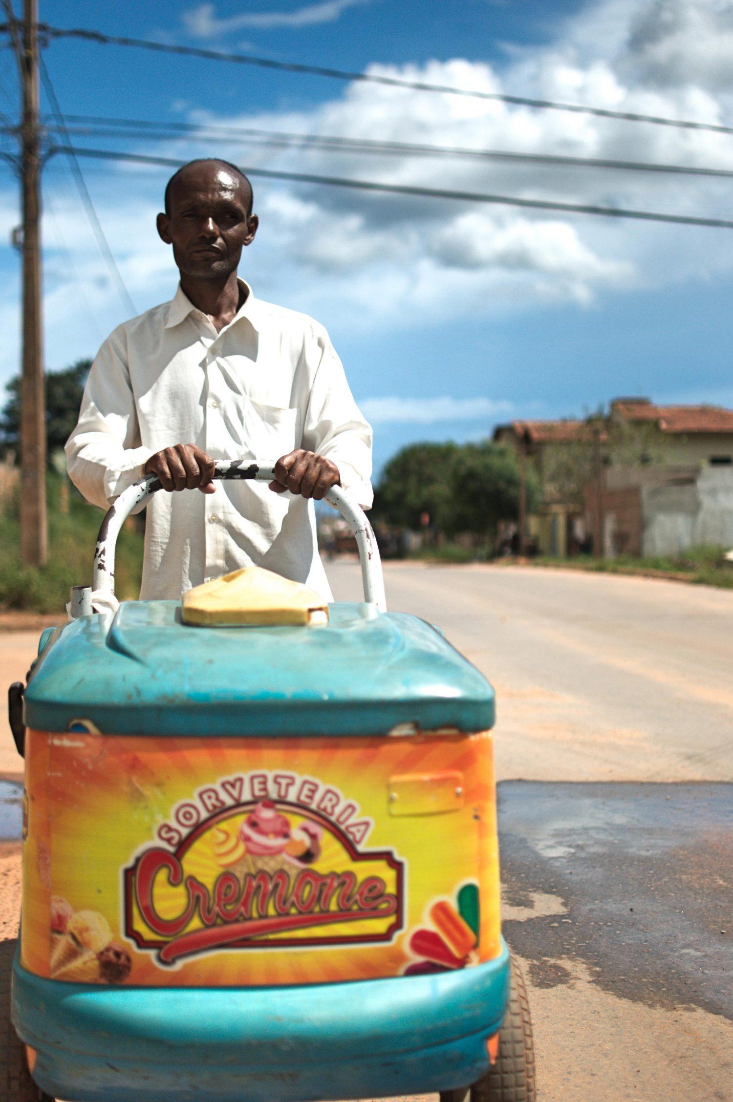 Ernesto José de Souza chegou à cidade na esperança de melhores oportunidades de trabalho na lavoura, mas hoje vende picolés (Foto Flávia Milhorance)