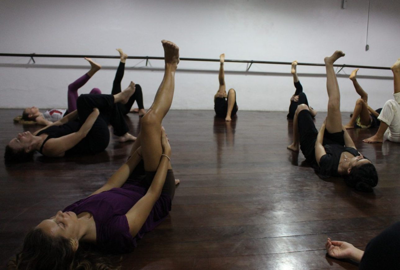 Moira Braga com alunas no início da aula: momento em que cada um tem a percepção de como está o seu corpo. Foto Yuri Fernandes