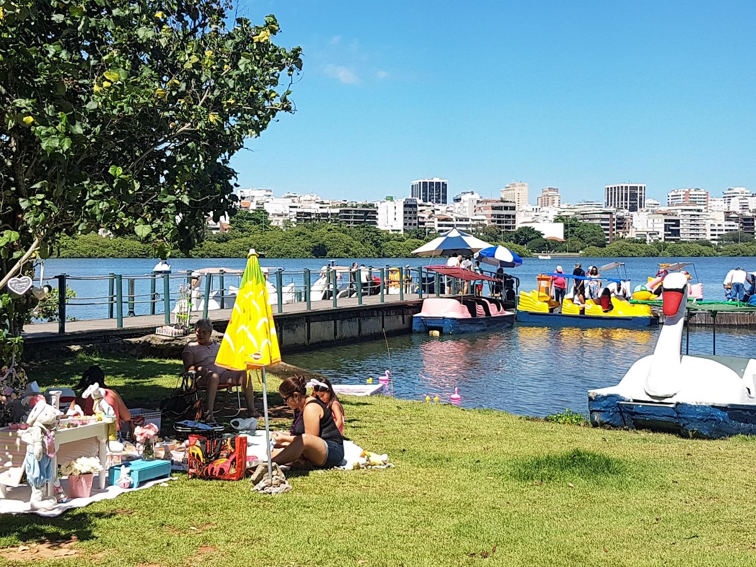 No domingo de sol, o movimento no entorno é grande, mas ainda assim há menos cariocas ali do que nos carros engarrafados ao redor. Foto Oscar Valporto