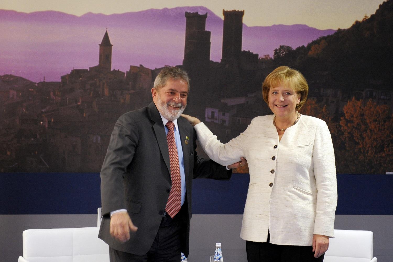A chanceler alemã, Angela Merkel, com o presidente Lula no encontro do Grupo dos Oito (G8), em 2009. Foto Michael Gottschalk/Germany Out