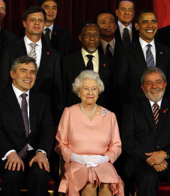 A rainha Elizabeth II ladeada pelo Primeiro-ministro inglês Gordon Brown e o presidente Luiz Inácio Lula da Silva, no encerramento do G20, em 2009. Foto Krsty Wigglesworth/WPA Pool