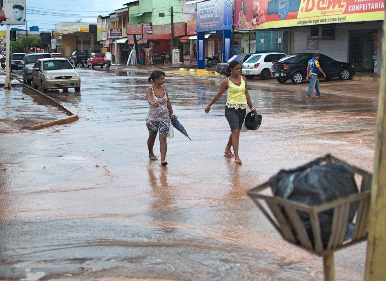 Ruas de Santa Cruz inundadas: falta infraestrutura básica (Foto Flávia Milhorance)