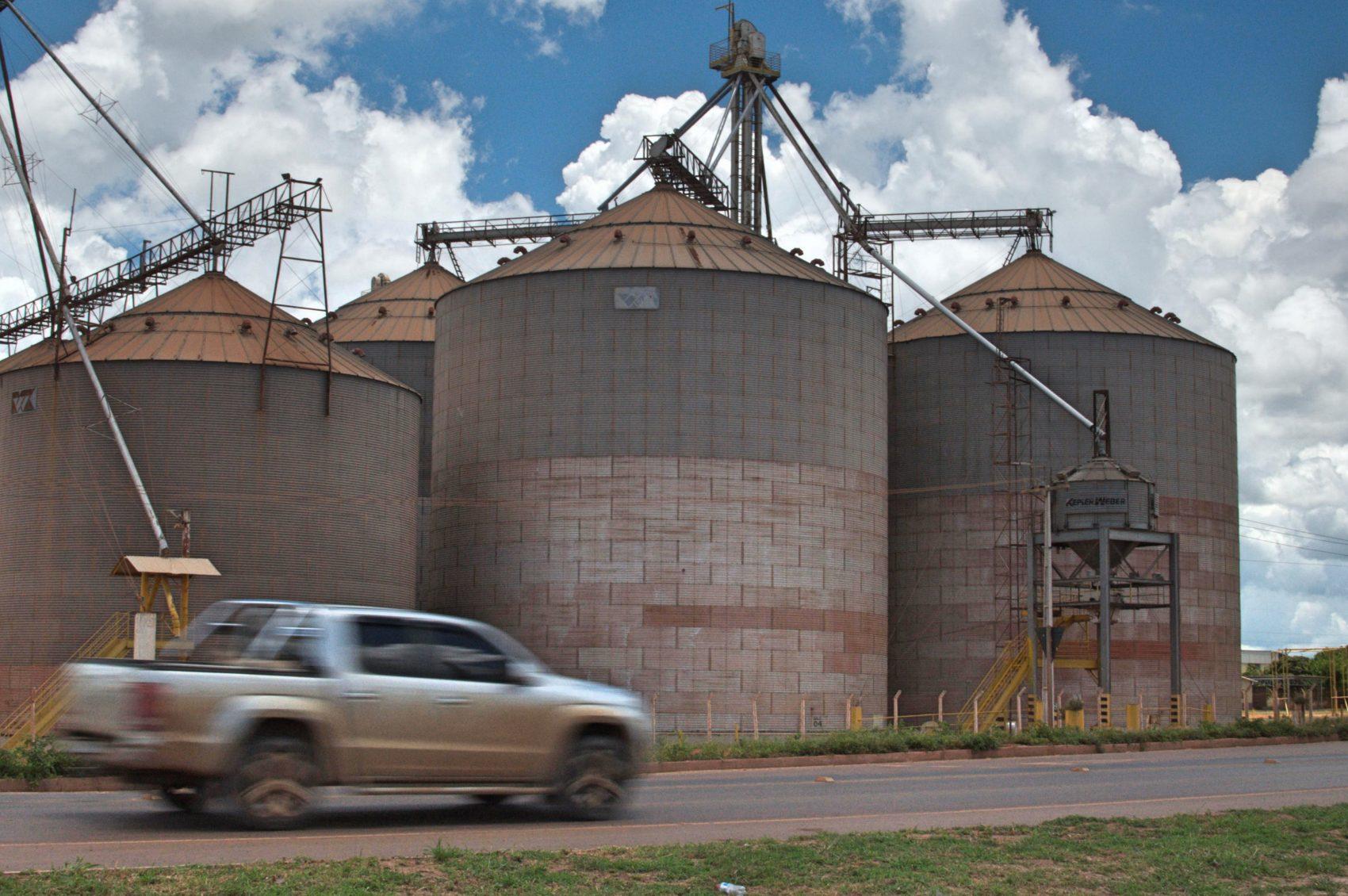 Reino da soja: logo na entrada da cidade os silos da Cargil (Foto Flavia Milhorance)