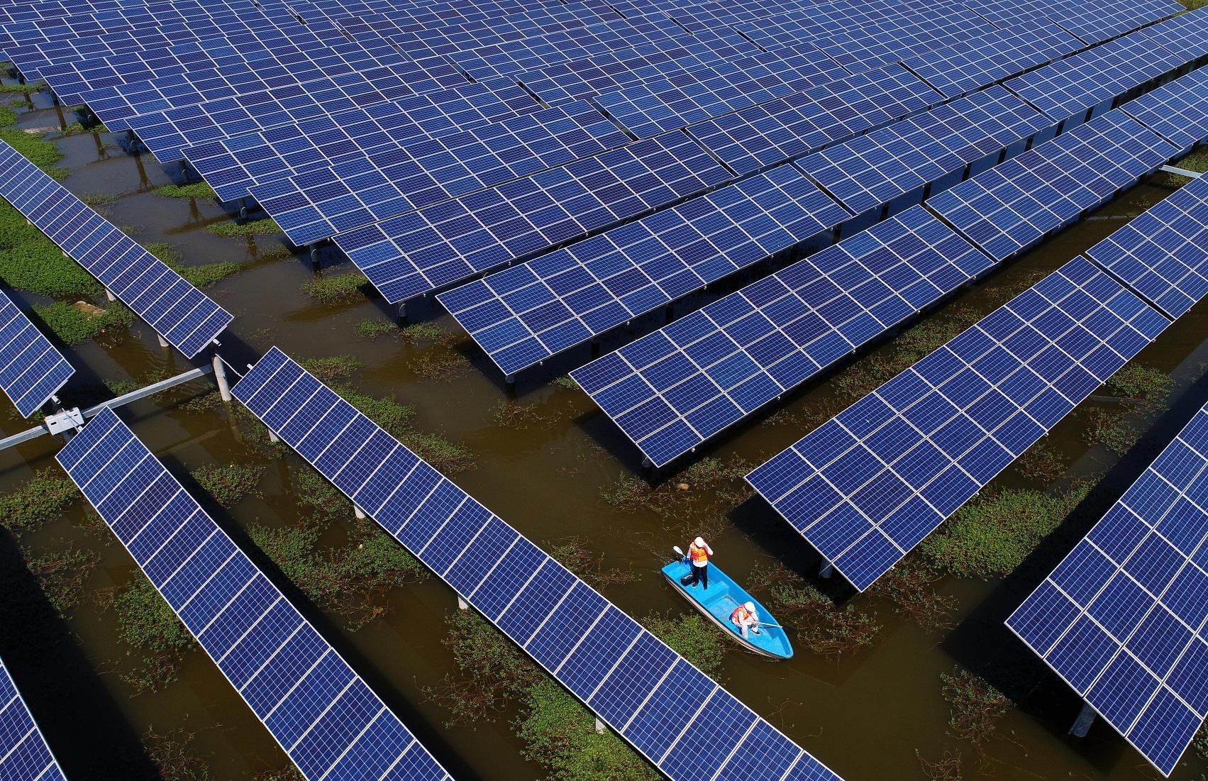 Uma das muitas fazendas de energia solar da China. O país é o líder da produção mundial de energia renovável. Foto Zhou guoqiang / Imaginechina