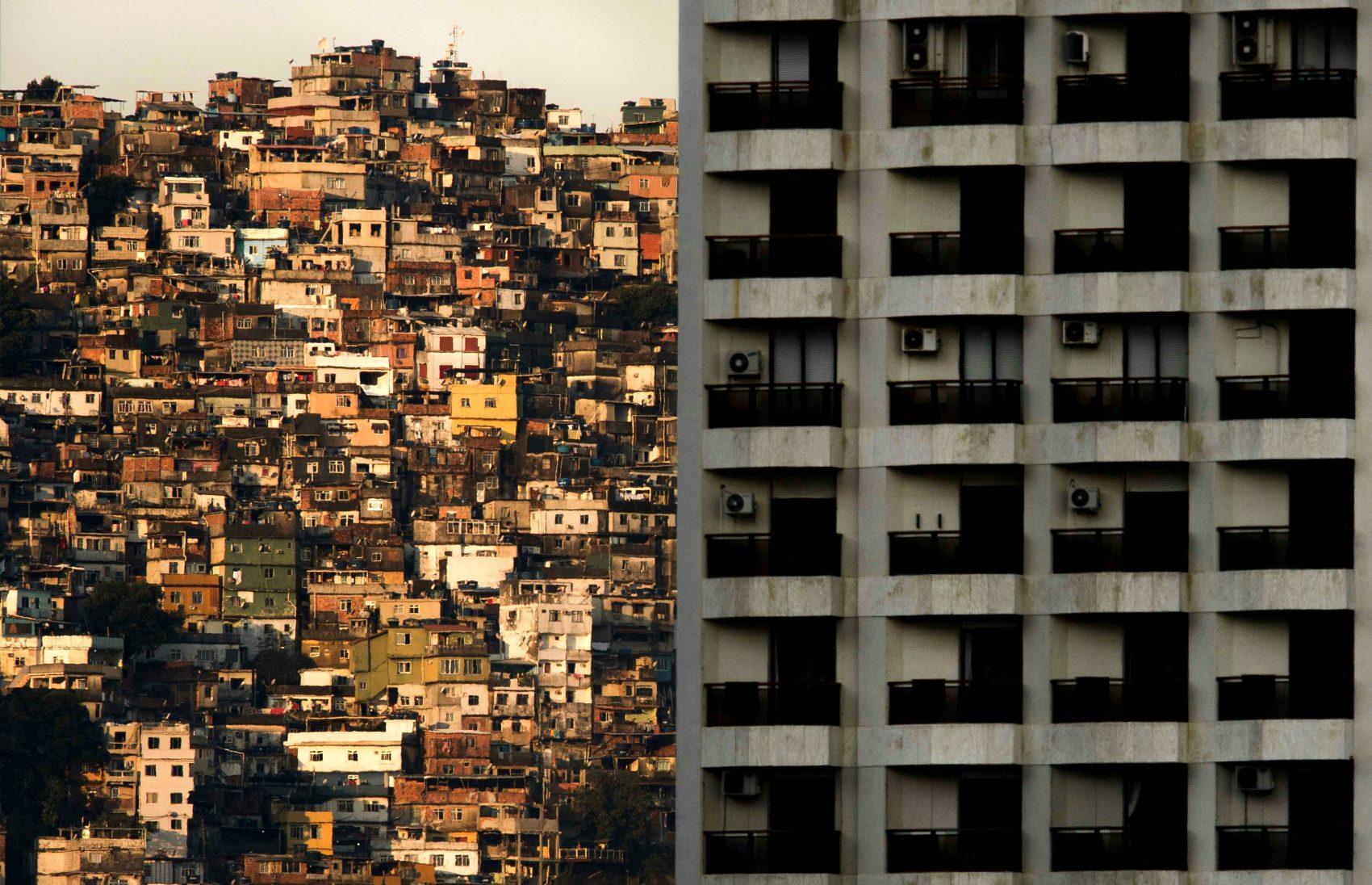 Concreto e a favela da Rocinha (Foto Mauro Pimentel/AFP)