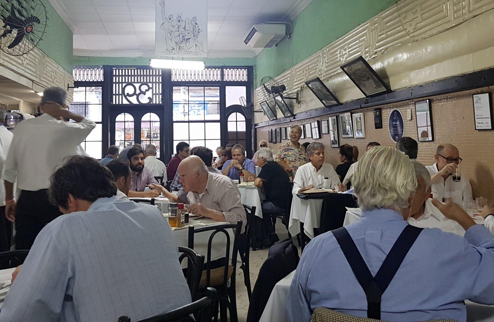 O Bar Luiz não vai fechar e anda bem cheio no almoço (Foto Oscar Valporto)