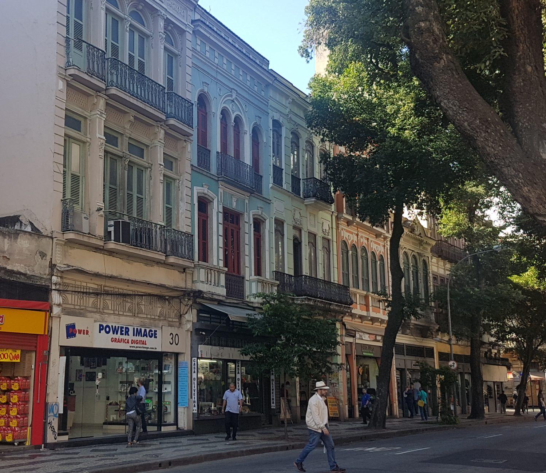 As lojas do lado par da Rua da Carioca: casario resiste (Foto Oscar Valporto)