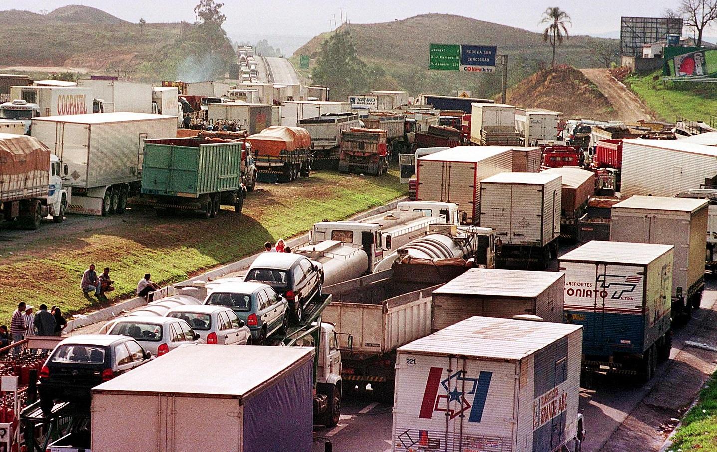 Centenas de caminhões bloqueiam a Rodovia Presidente Dutra, em São Paulo. Foto STR/AFP
