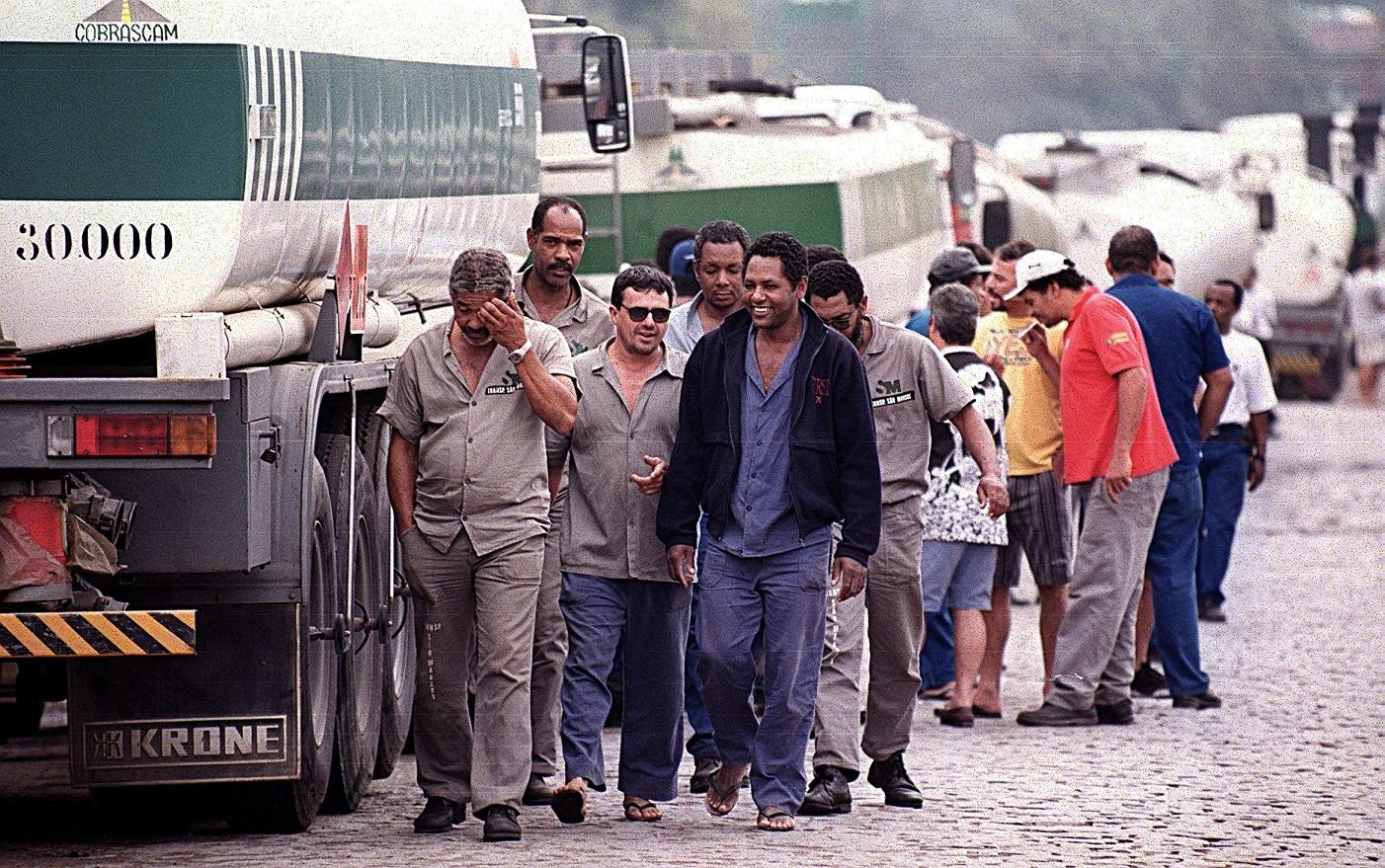 Caminhoneiros parados na porta da Reduc, em Caxias. Foto Antonio Scorza/AFP