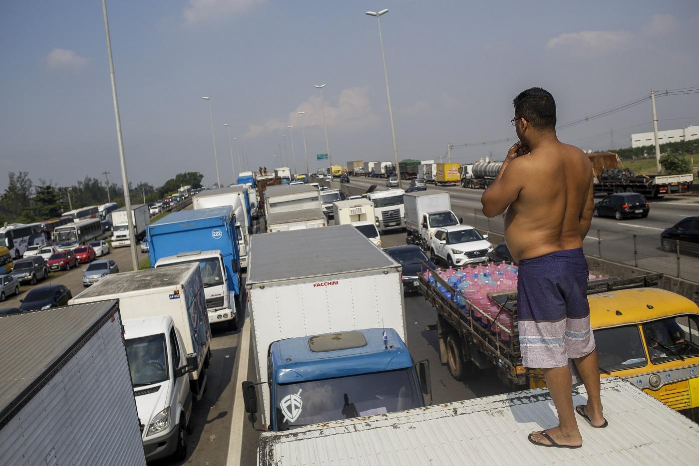 Caminhões parados durante a greve na Washinton Luiz (BR-040) , perto da Refinaria Duque de Caxias. Foto Luciano Belford/AGIF