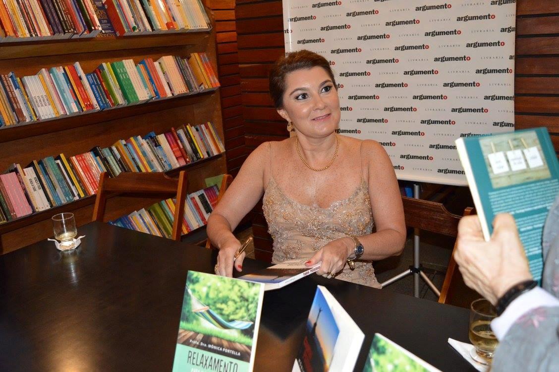 """Mônica Portella em noite de autógrafos: """"Ao invés de reparar o que vai mal, queremos construir e fortalecer o que vai bem, o que promove a qualidade de vida"""". Foto: Reprodução/Facebook"""