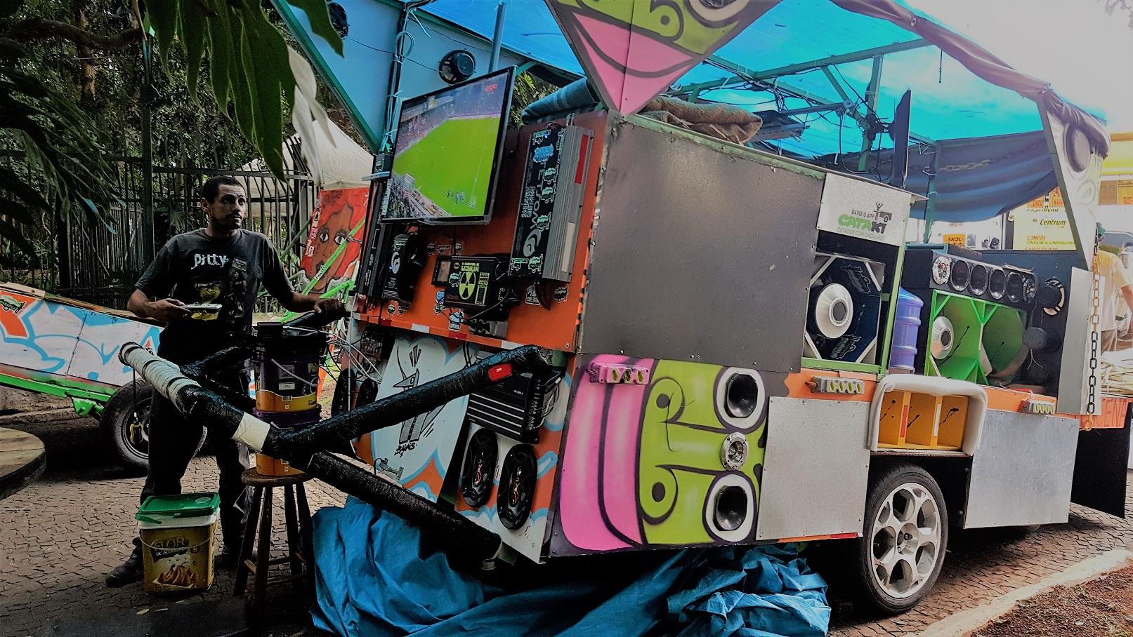 Rodrigo Lucena, na Avenida Paulista, com sua carroça equipada com três aparelhos de TV. Foto Florência Costa