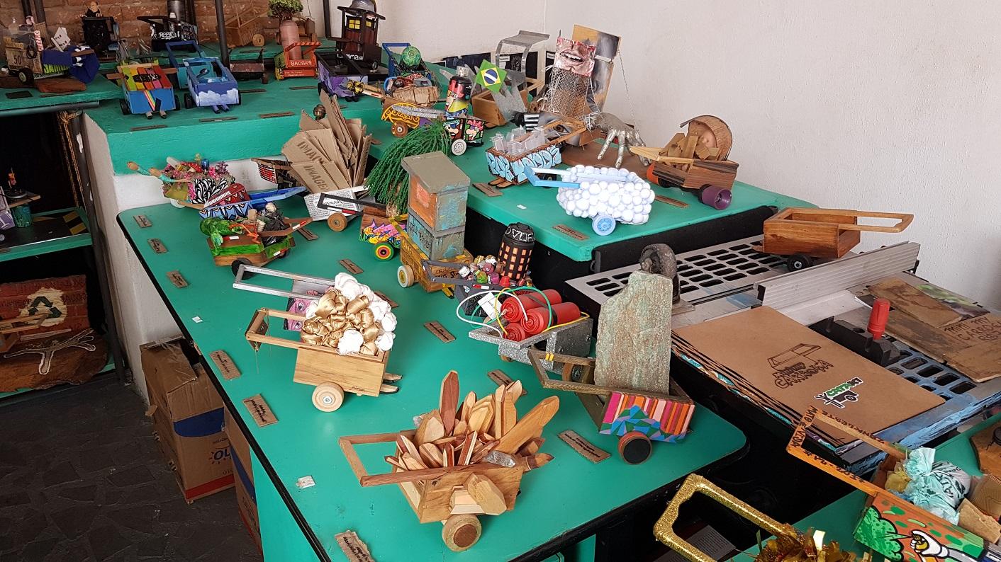 Objetos feitos a partir dos resíduos recolhidos nas ruas de São Paulo. Foto Florência Costa
