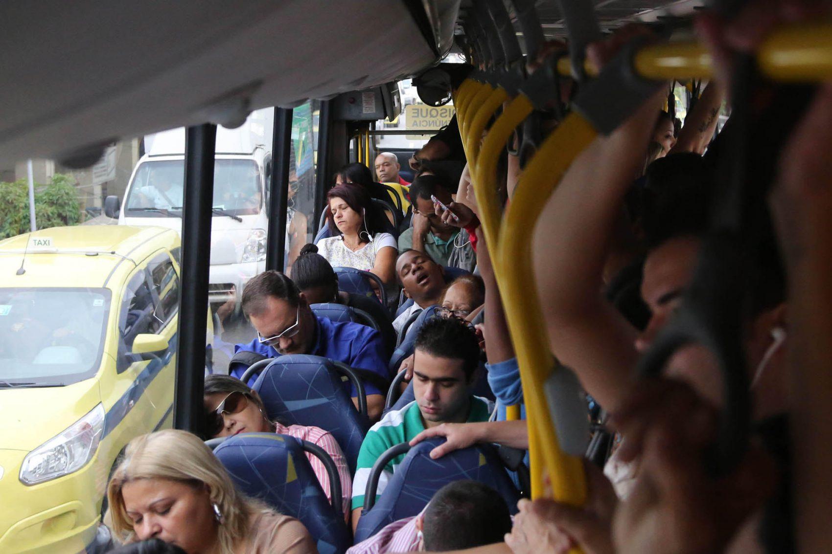 Lotação: longos trajetos, com pouco conforto são marca dos ônibus no Rio (Foto Custodio Coimbra)