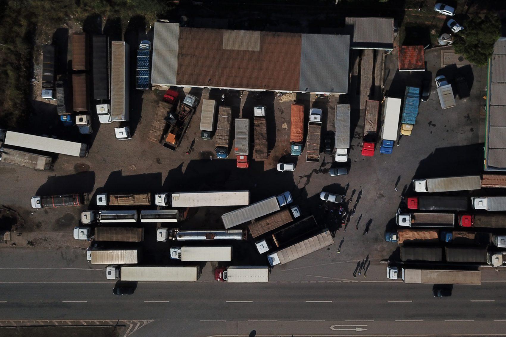 O nós nas estradas e na economia: caminhões na BR-262, em Juatuba, Minas Gerais, no quinto dia da paralisação (Foto DOUGLAS MAGNO/AFP)