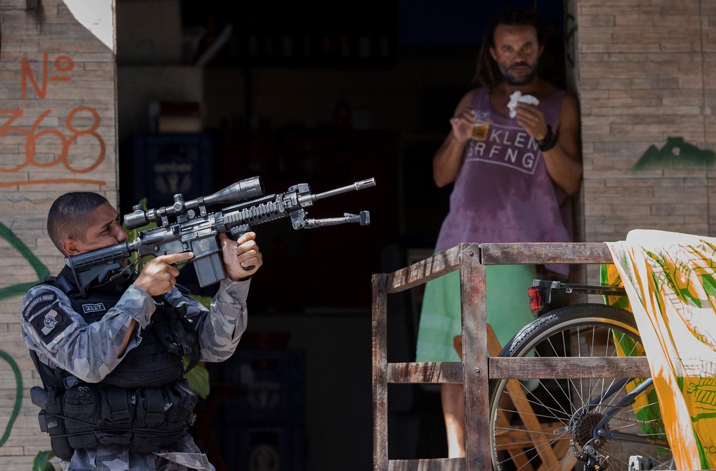 A atitude da polícia na Rocinha: violência naturalizada. Foto de Mauro Pimentel (AFP)