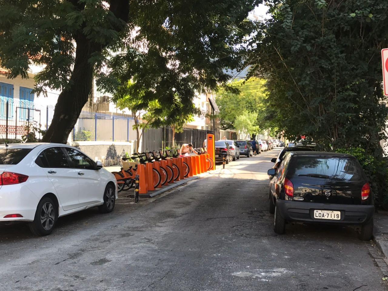 Na rua Teresa Guimarães, em Botafogo, as vagas dos carros deram lugar às bicicletas. Foto ITDP Brasil