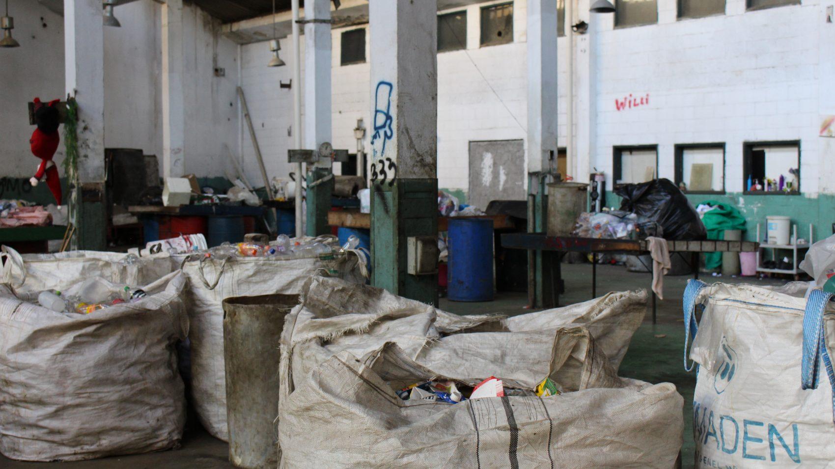 O galpão da Coopama, em Maria da Graça: lá não é feita reciclagem, mas, sim, separação de resíduos (Foto Emanuel Alencar)