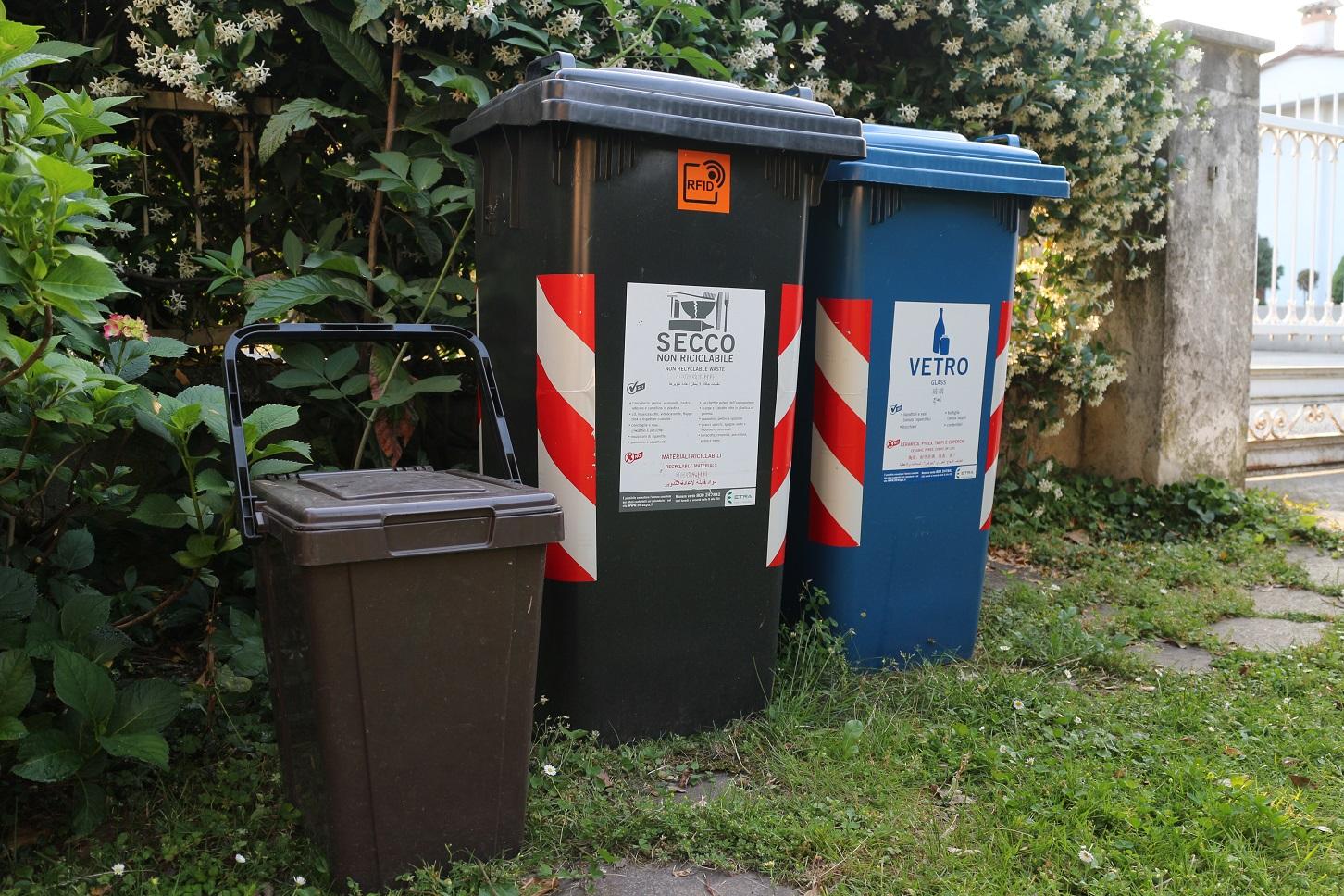 As latas para a separação do lixo: orgânico, seco e vidros. Foto Janaína Cesar