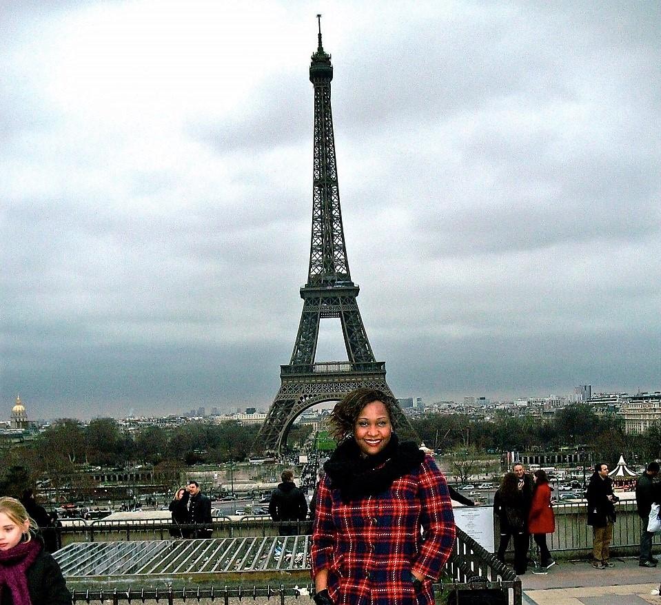A atriz e cineasta Sabrina Fidalgo, em Paris: medo de sofrer preconceito não a paralisa. Foto: Acervo Pessoal