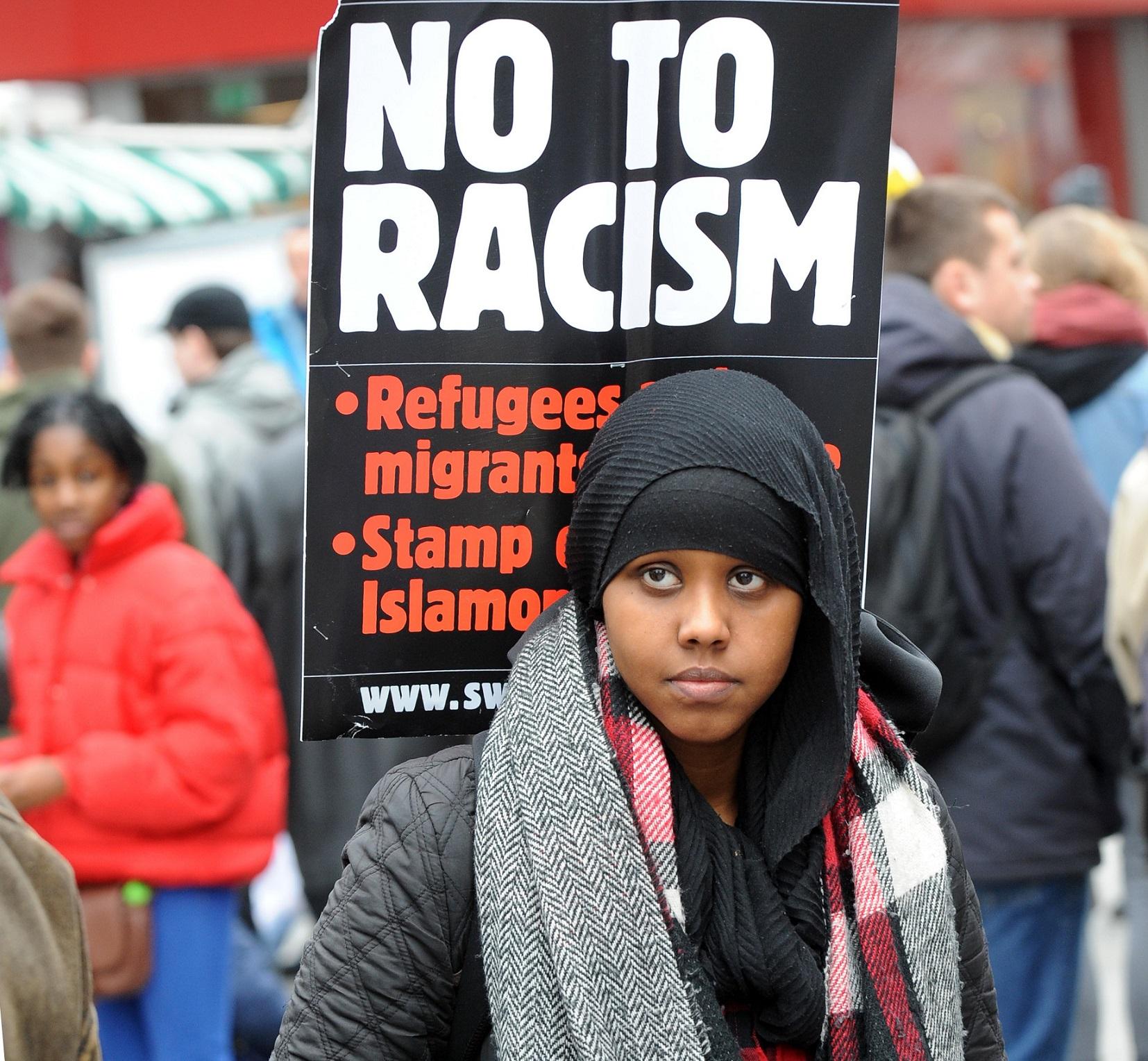 Manifestante protesta contra o racismo nos campos de futebol ingleses. Foto Rui Vieira/Anadolu Agency