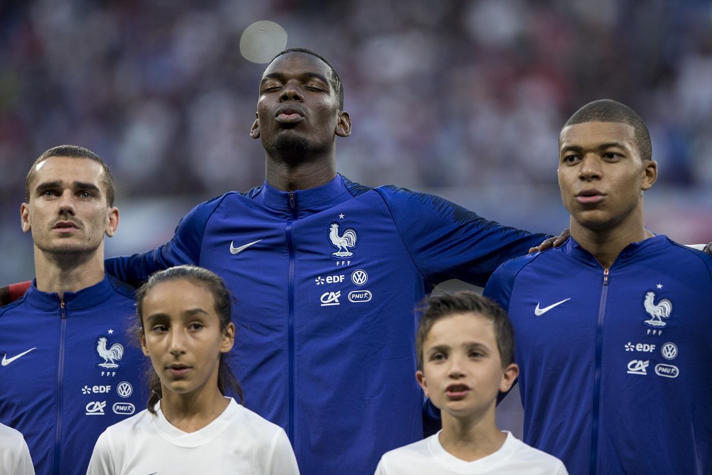 O craque francês Paul Pogba, ao centro, foi uma das vítimas de racismo no jogo contra a Rússia, em março deste ano. Foto Elyxandro Cegarra (NurPhoto)